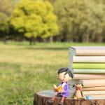読書する粘土人形